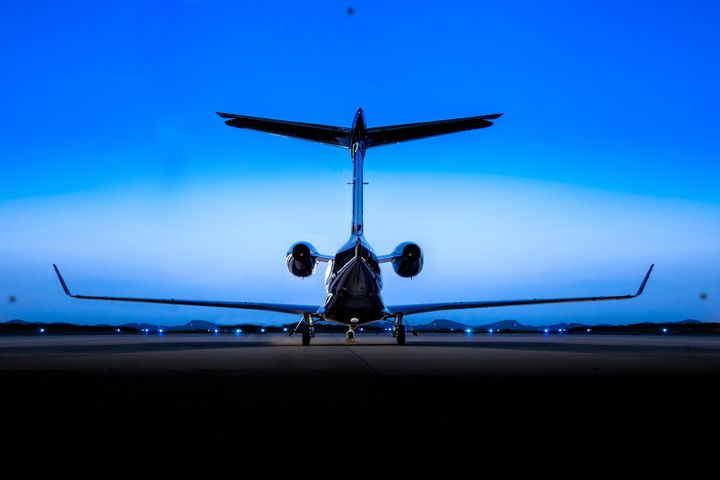 Embraer entrega 18 jatos comerciais e 15 executivos no 1º trimestre de 2017 - A Embraer entregou 18 jatos para o mercado de aviação comercial nos Estados Unidos, Europa e China ao longo do primeiro trimestre de 2017 (1T17). No segmento de aviação executiva, 15 unidades foram entregues nesse período, sendo 11 jatos leves e 4 jatos grandes. Em 31 de março, a carteira de - http://acontecebotucatu.com.br/geral/embraer-entrega-18-jatos-comerciais-e-15-executivos-no-1o-trime