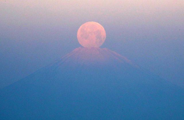 山頂に沈む パール富士 現る この日はスーパームーン 朝日新聞デジタル スーパームーン 富士山 星雲
