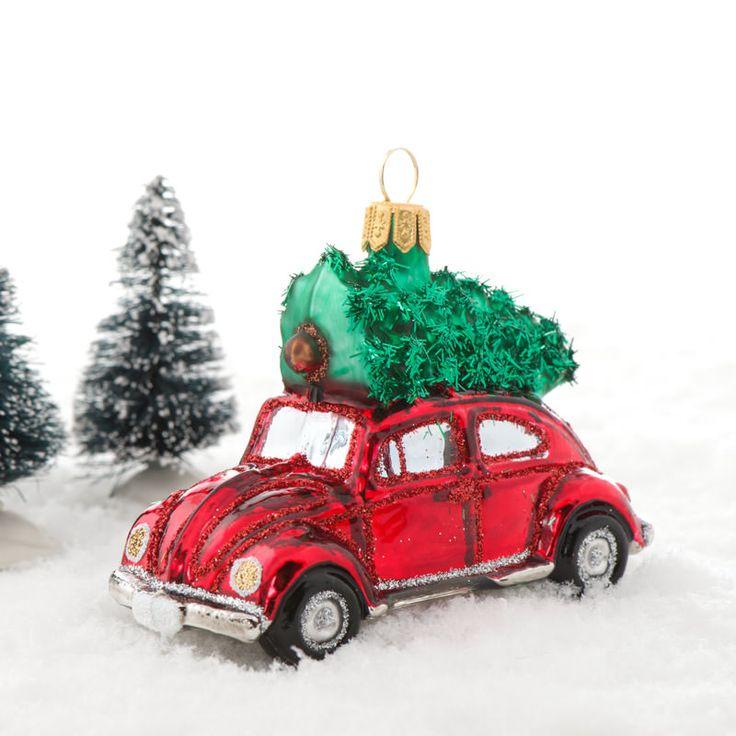 Rød bil med juletræ på tager - lavet i mundblæst glas. Denne søde Folkevogns boble er rigtig charmerende og meget iøjnefaldende med sin knaldrøde blanke farve, og det grønne juletræ på toppen. Størrelse: Længde: 9 c