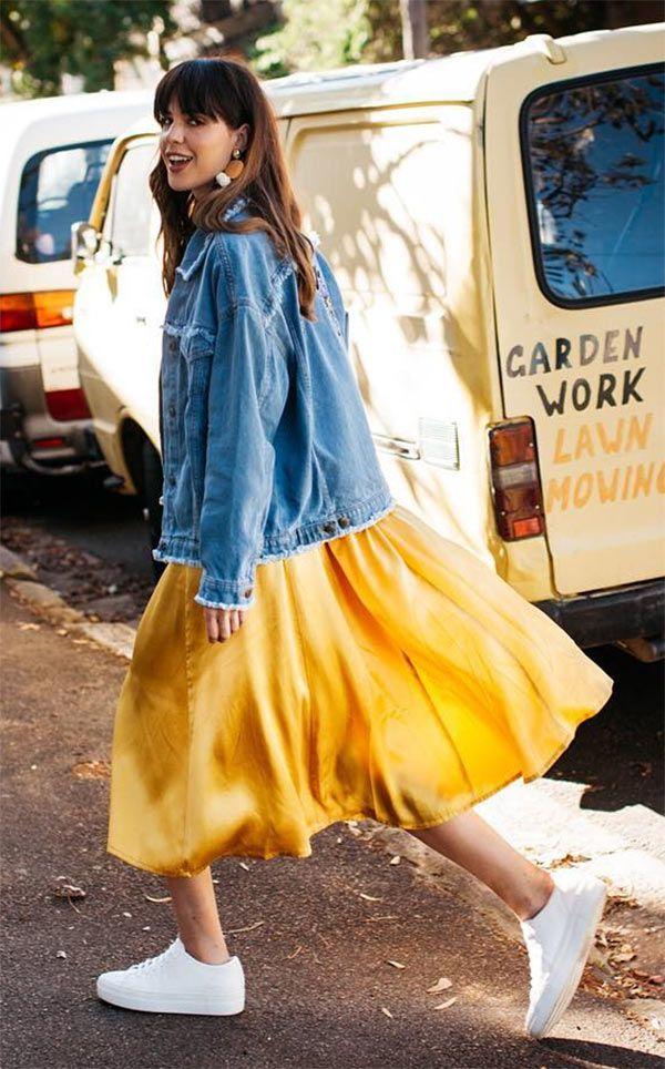 Ally brooke usa vestido amarelo midi + jaqueta jeans + tênis branco.