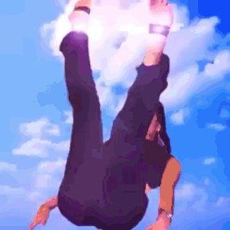 """Uma montagem da Gretchen deitada, onde um arco íris escrito """"foda-se"""" surge à medida em que ela vai abrindo suas pernas que estão pro alto"""