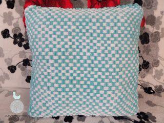Lady with crochet: Turkusowo-biała poduszka