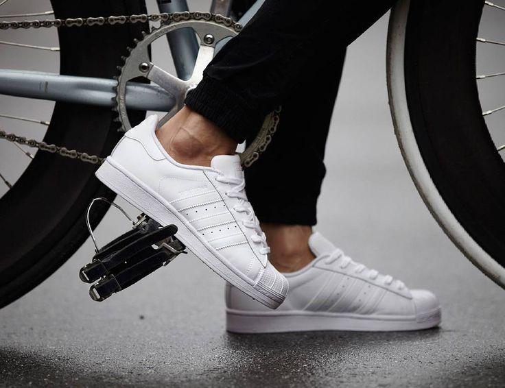 Retro tarzın karşı koyulmaz cazibesiyle karşımıza çıkan adidas Superstar  Foundation beyaz rengiyle sokakların nabzını tutuyor Keşfet