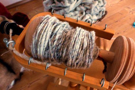 Mit dem Spinnrad spinnen für Anfänger: Wolle waschen, kardieren, verspinnen und verzwirnen. So kleidest du dich und deine Familie mit selbstgemachten Mützen, Pullis und Socken ein.