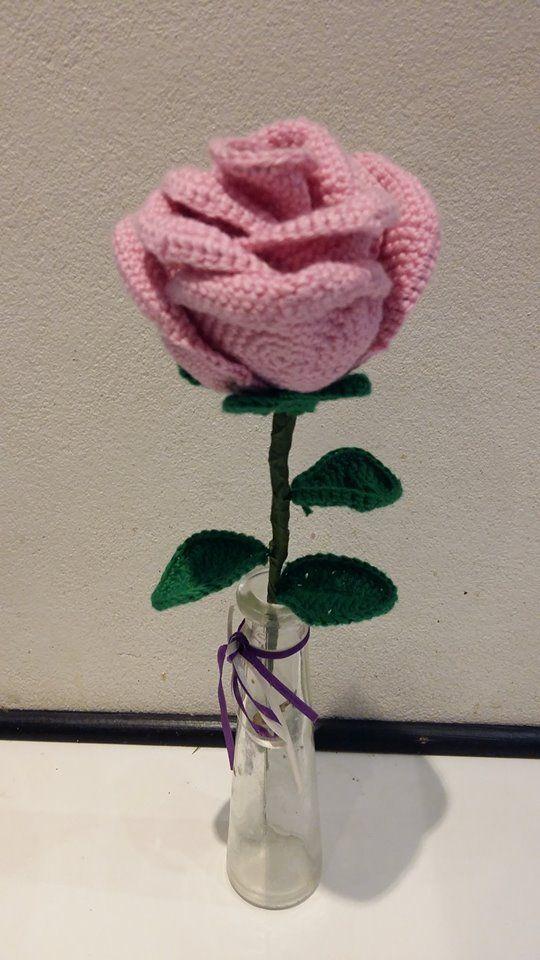 Denne hæklede rose er både egnet til at pynte i hjemmet eller give som en lille gave.