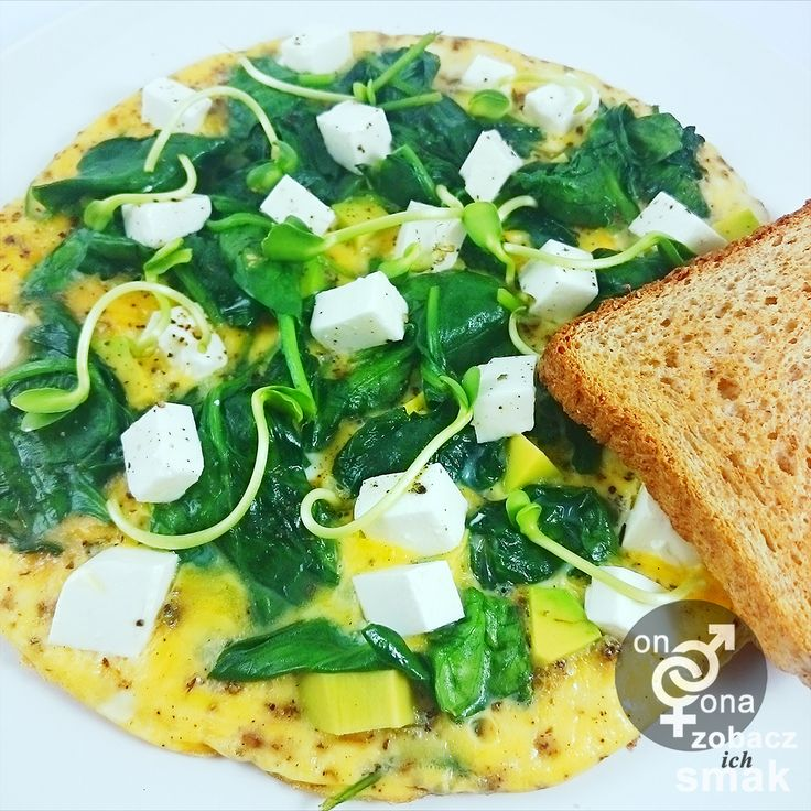 wiosenny omlet z awokado, zblanszowanym szpinakiem i fetą