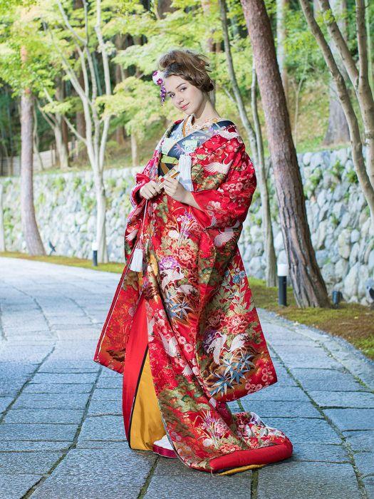 四季折々の花と優雅に羽ばたく鶴が高級感を醸し出す ♡花嫁衣装 色打掛 赤の参考一覧♡