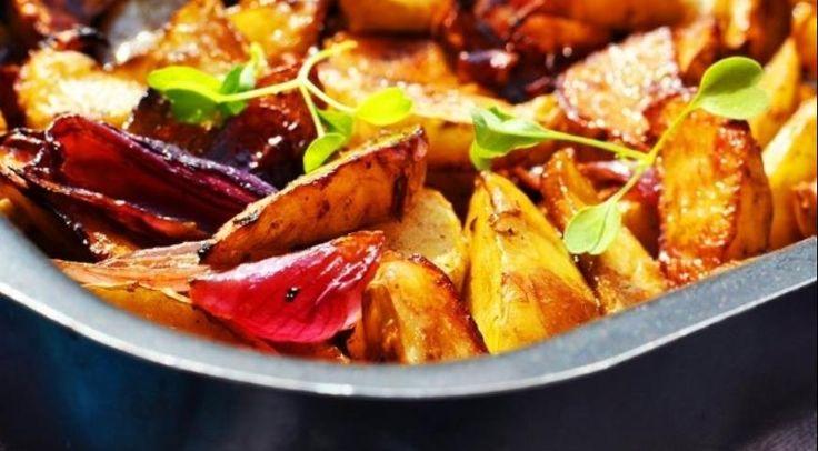 Картофельные дольки с луком, запеченные с бальзамико