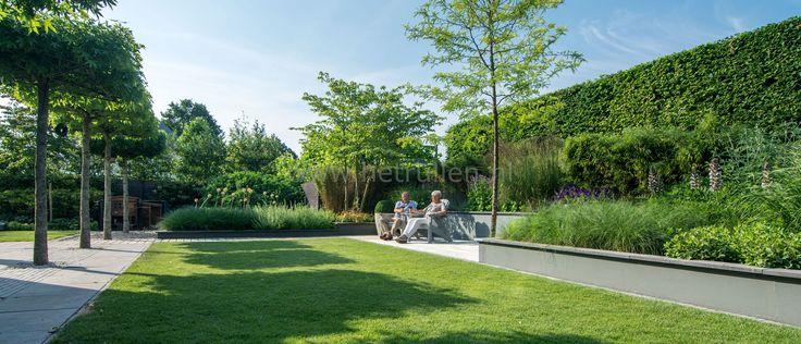 Tuin met gazon, dakbomen, rechte lijnen, verhoogde borders en vlonderterras Tuinontwerp tuinaanleg Eindhoven Helmond