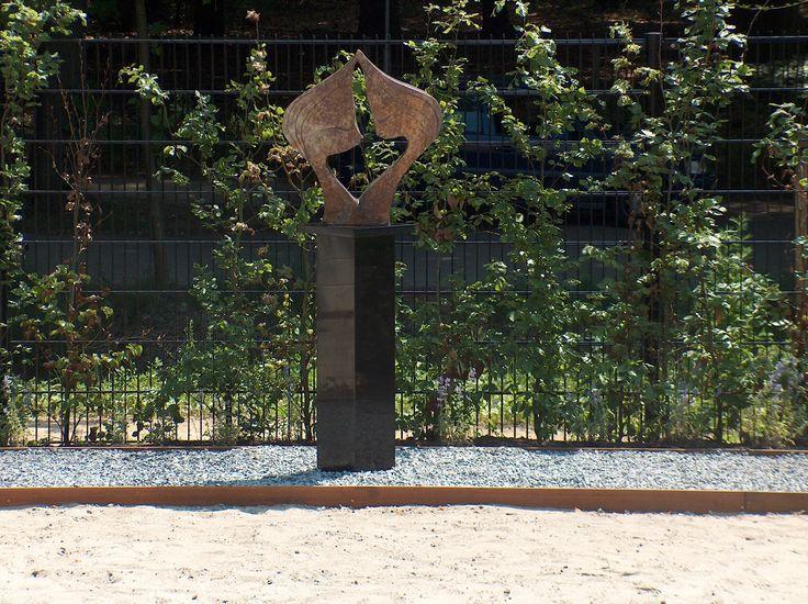 Kunst op een granieten sokkel / zuil in de tuin.