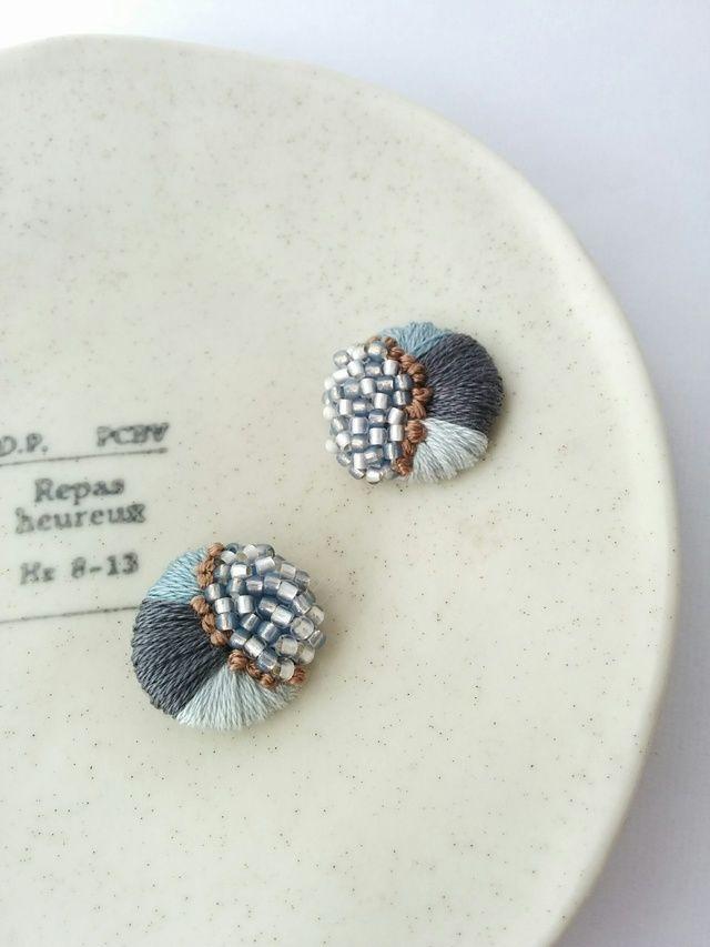 【ご入金の確認がとれてからの受注生産です】✳現在の発送目安25日後です✳ひとつひとつ丁寧に製作しているため、お時間をいただいております。刺繍で作ったモチーフをピアスにしました。一針ずつ丁寧に仕上げました。刺繍糸の色は落ち着いた色合いのアイスブルーにグレー...