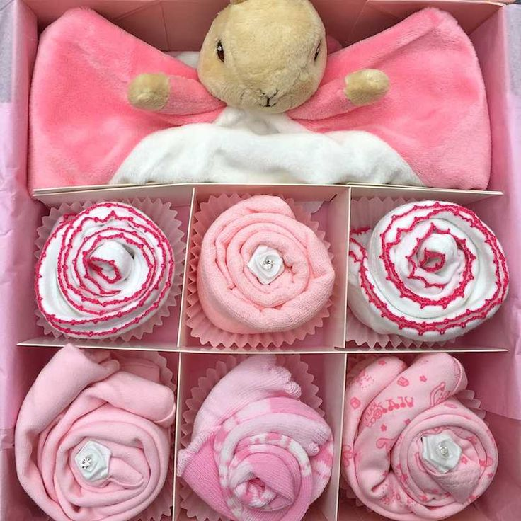 This cupcake gift set will be adored by any little baby girl! Featuring a gorgeous Flopsy Rabbit comforter! This set is also available in Blue too with Peter Rabbit. Comes presented in a small pink or white gift box. Cupcake contents x1 Pink or white keepsake gift box x1 Flopsy Rabbit Comforter x2 White/pink or pink bibs x1 Small pink muslin x2 Short sleeve bodysuits (0-3 or 3-6 or 6-12) x2 pairs of socks (0-3 or 3-6 or 6-12) x1 handmade gift card (please insert message at checkout)