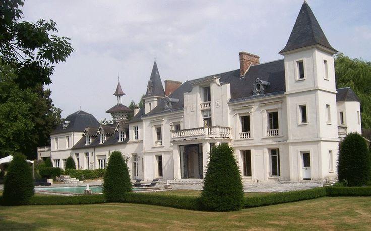 Этот замок в Париже подходит для большой семьи. В здании пять спален, несколько ванных комнат, а также большой двухсторонний камин с оригинальными узорами. В доме есть большой кабинет, джакузи и бассейн. Рядом находится гостевой домик. Замок продается за 1,5 млн евро (72,6 млн руб.).
