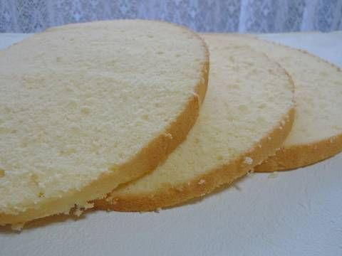 Great recipe for Moist and Fluffy Sponge Cake (Genoise Sponge Cake). I had a long history of messing up sponge cakes.  In Step 4, if the bain-marie cools down, make sure to bring it back to approximately 60℃. You shouldn't mix too much in Step 10, but if you don't mix it just right, the batter will sink. You could use regular A4 sized printing paper instead of parchment paper. Recipe by Rearea cheese