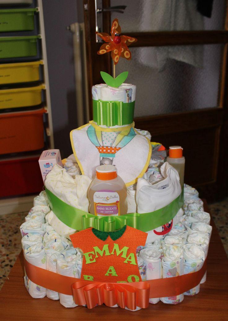 Super torta, moto e culla: Tre strutture di pannolini per la nascita di tre bambini. Idee regalo personalizzate e soprattutto utili per i neogenitori.