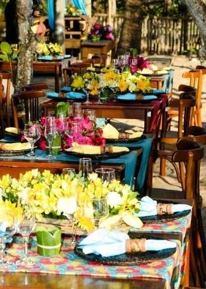 Arranjos florais e elementos rústicos deixam a decoração do casamento com ares de primavera - Casamento - UOL Mulher