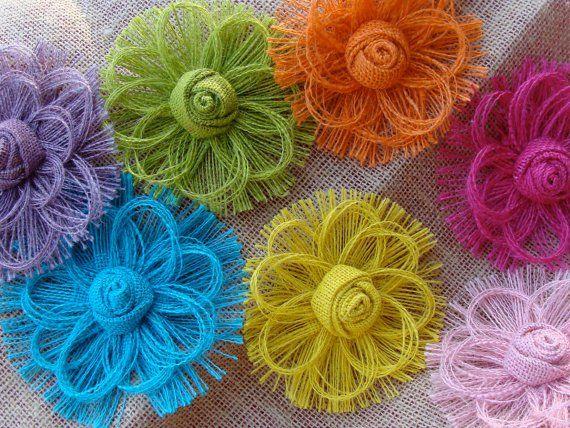 Flores de arpillera de colores con hilos