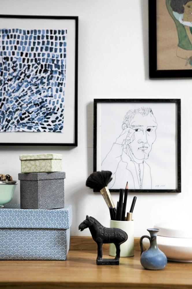 Ved hjelp av små pyntegjenstander og bilder på veggen bryter beboeren med det tradisjonelle stilrene baderommet, og skaper et preg av stue. Lekre esker er både praktiske til å oppbevare smårot, samtidig som de pynter opp.