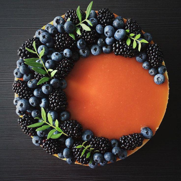 Тяжело годами комбинировать четыре вида ягод, доступных в наших широтахпоэтому у нас уже давно в ходу орешки, миндальное печенье, орео, эвкалипт, розмарин, фисташка, миндальные лепестки, ореховая и песочная крошка разных видовну и цветы (правда только по праздникам☝️). Но иногда из горсти ежевики и голубики может подучится вполне себе достойный тортик