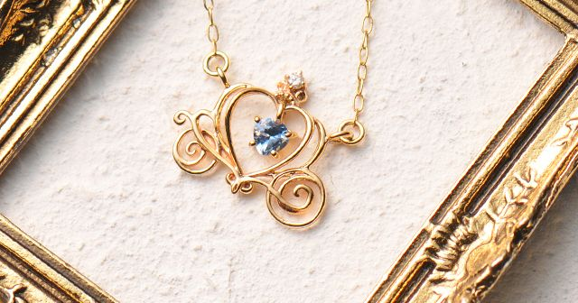 Cinderella Disney film Necklace Chain and carriage in 10K yellow gold. Diamond (0.01ct) & blue synthetic spinel. | ディズニー映画最新作『シンデレラ』公開記念 ネックレス | 30,240円 | 03/2015