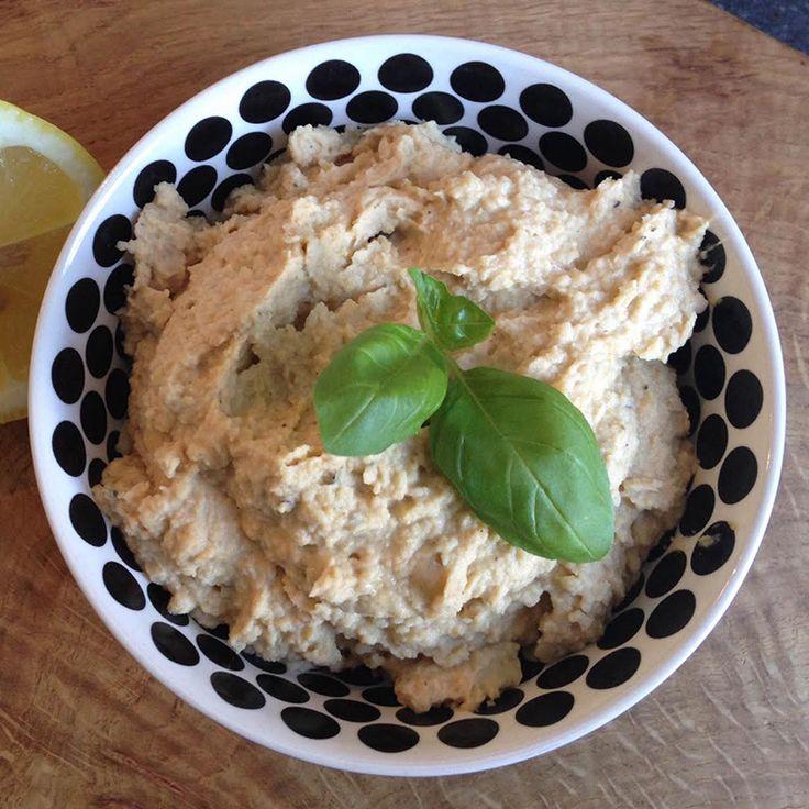 Hummus er så nemt at lave selv, og det smager fantastisk. Med denne basis opskrift kan du nemt twiste din hummus med fx chili. Se opskrift med billede her.