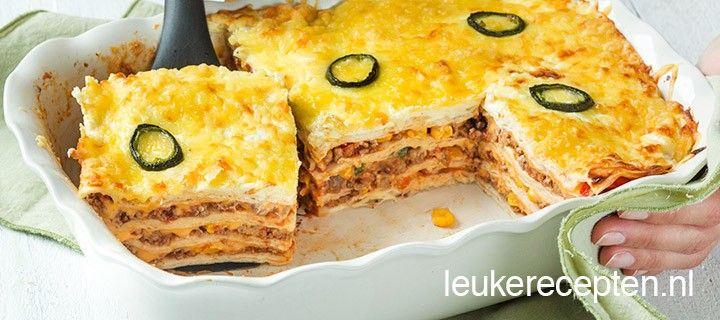 Mexicaanse lasagne met lagen van tortillawraps, gehakt en cheddar