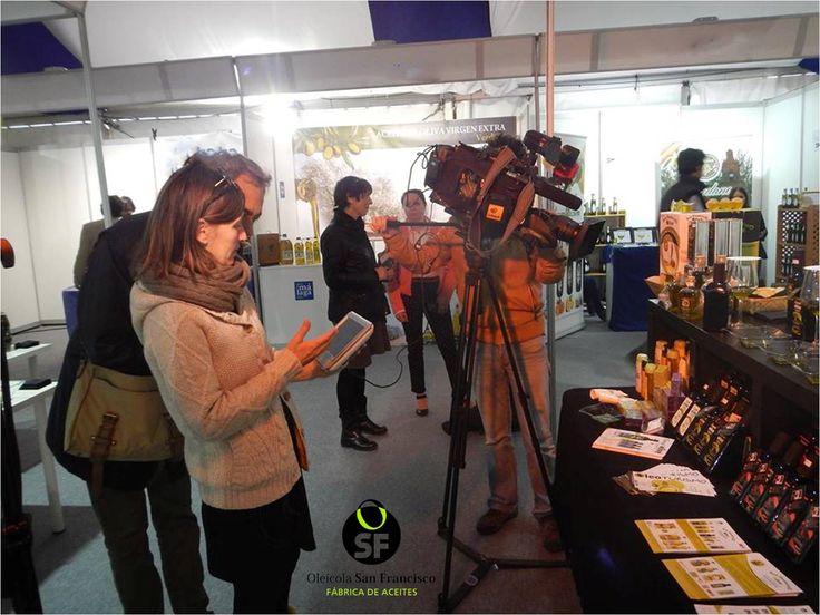 Equipo de #DestinoAndalucía  grabando un reportaje sobre los aceites espectaculares de #OleicolaSanFrancisco en #Aovesol2015. Spanish TV program crew filming during the event featuring award winning #EsencialOlive #Oils by Oleícola San Francisco.  #Destino_AND #Spain #Oliveoil