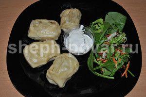 Манты с тыквой.   И ингредиенты простые и доступные:  manty is tykvy 2  — мука пшеничная;  — яйцо куриное (можно тесто делать без яйца, кто как любит);  — тыква Баттернат (свиду напоминает большую грушу);  — приправы, какие Вы любите (в моей: паприка, лук, сельдерей, карри, петрушка, перец красный, морковь);  — немного сливочного масла.