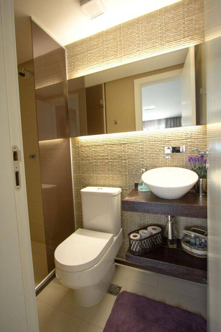 Banheiros pequenos decorados com tapetes roxos