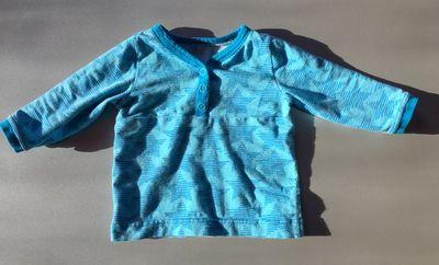 Heute zeige ich ein Langarmshirt für meinen kleinen Schatz. Das Schnittmuster ist das Knopfshirt von Klimperklein. Der Schnitt gefällt mir sehr und es sind auch noch ein paar weitere in Planung. In der momentanen Größe haben wir aber wirklich ausreichend Kleidung; deshalb warte ich damit noch ein bisschen… Verlinkt: Creadienstag,Handmade on Tuesday, kiddikram, Made4Boys, Sew …