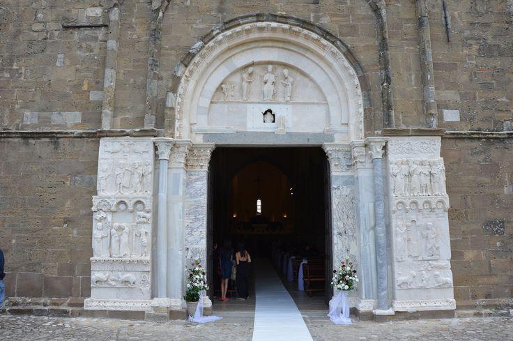 Le origini remote Sull'area dell'attuale abbazia sorgeva anticamente un tempio dedicato alla dea Venere Conciliatrice, da cui il nome San Giovanni in Venere. Il tempio era molto vasto con un ampio portico e una solenne gradinata. Gli abitanti del luogo ne andavano orgogliosi e vi si recavano per ottenere dalla dea la pace in famiglia. Vi andavano specialmente i giovani nella imminenza delle loro nozze. Tra il 529 e il 543, vivente ancora san Benedetto, vennero da Montecassino alcuni…