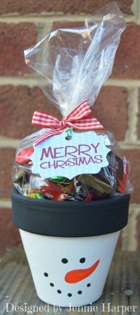 Bastelideen für DIY Geschenke zu Weihnachten, Blumentopf mit Geschenke befüllen, Blumentopf als Schneemann bemalen