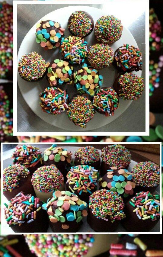 Mini-zoenen gedoopt in chocola en versierd met feestelijke decoratie