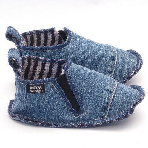 Chaussons en jeans recyclés, avec élastique de fixation. Doublure est faite de laine feutrée ou éponge.  Les chaussons sont fabriqués sur commande, les photos montrent les exemples précédents (varient les couleurs disponibles).  La couleur de denim est soit bleu ou gris. Couleur de la doublure plus varie et dépend des matériaux disponibles. Vous pouvez souhaiter pour des couleurs spécifiques pour Jean et doublure en ajoutant une note sur la commande ou en demandant une commande…