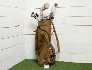 Sacca da golf in pelle completa di mazze da golf vintage coperte con berretti in lana di vari colori