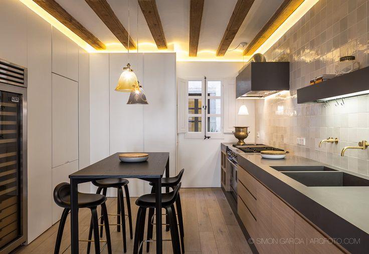 Проектная студия AAGF arquitectura оформила интерьер квартиры в историческом районе Барселоны, Испания. Расположенная в готическом квартале, резиденция отличалась высокими потолками с деревянными балками, а также разбивкой на небольшие комнаты с тёмными коридорами. И если потолки были не только с...