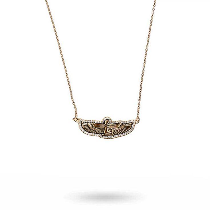 Underbart halsband i sterling silver 925 med 18K guldplätering. Den tunna ankarkedjan pryds av en berlock föreställande den egyptiska gudinnan Isis med utbr