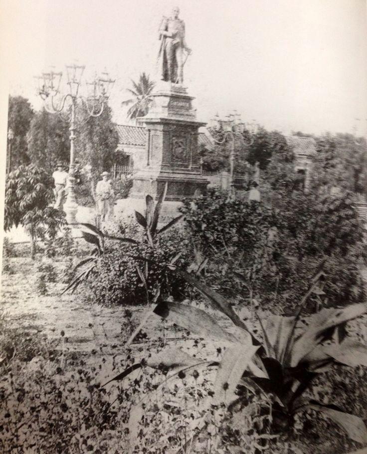 """PARQUE SANTANDER y Estatua del General Francisco de Paula Santander,levantada por suscripción popular en 1892, e inaugurada el 7 de agosto de 1893, para conmemorar el centenario del """"Hombre de las Leyes"""""""