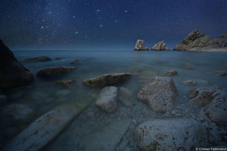 Это фотография самого далекого от нас объекта во Вселенной, что вы можете увидеть своими глазами. Объект расположен в 2.5 миллионах световых лет от Земли. Фотографию сделал и скомпоновал Cristian Fattinnanzi, о чем он рассказал на своем сайте.
