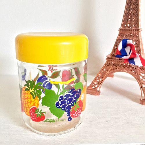 Décoration vintage cuisine brocante esprit rétro chic Ancien pot en verre au décor de mélange de fruits avec couvercle en plastique jaune à visser.