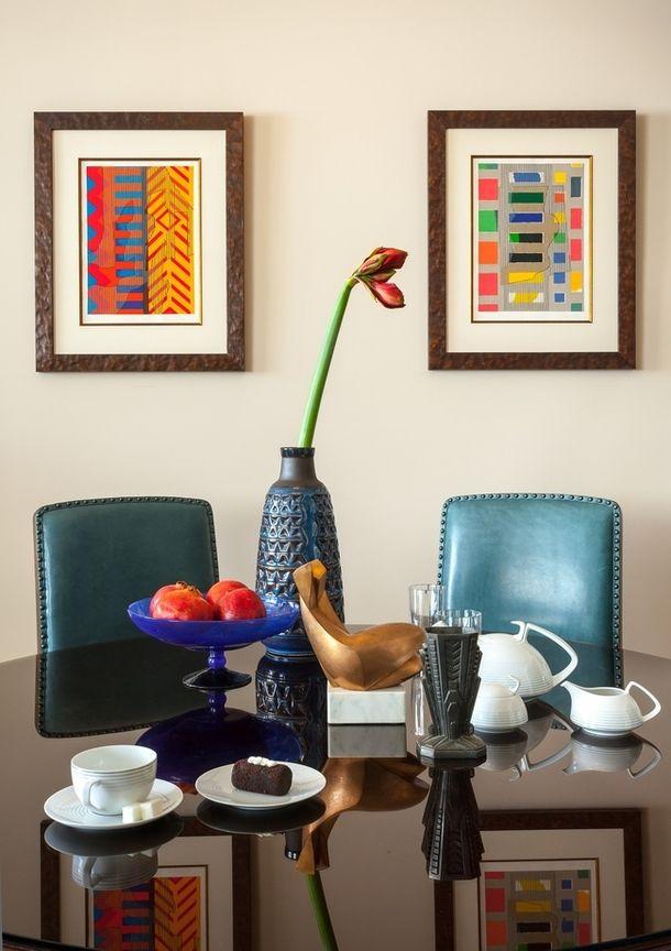 """Photo _MG_9312.jpgФрагмент гостиной. Стол и стулья из коллекции Bill Sofield, Baker; ваза для фруктов по дизайну Шарля Шнайдера, 1930-е, галерея """"Трансатлантик""""; ваза для цветов, Дания, 1970-е; сервиз, Rosenthal. Картины Ги де Ружмона, на столе — скульптура """"Любовь"""" Олега Косткевича."""