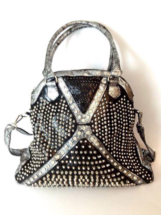 Bolso Agatha negro con aplicaciones plateadas y brillos. Colgador largo y corto.  $75.000