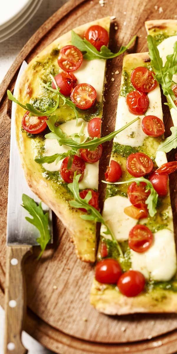 So herrlich italienisch! Es gibt doch nichts Besseres als saftige Kirschtomaten, geröstete Pinienkerne und frischen Rucola auf einem mit Basilikum-Pesto bestrichenen Pizzateig. Mmmmh… Wir können es kaum erwarten bis diese Pizza im Ofen schön knusprig wird.