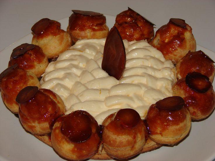 Tort SAINT HONORE Blat de ecler, crema Chibouste, minieclere caramelizate
