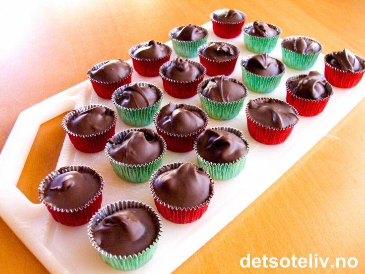 """Her har du """"Sjokoladekonfekt"""" med en hasselnøtt bortgjemt inni midten (du kan lure inn annet fyll også hvis du ønsker...). Ekstremt lettvint å lage og NAM! Oppskriften gir 24 stk."""