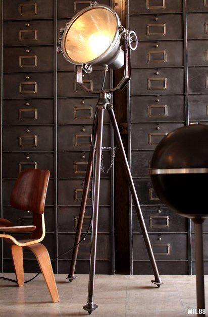 Très beau modèle de projecteur, origine pompiers, vers 1930, monté sur trépied en acier, belle facture, joli détail de réglage, usage domestique (douille E27), variateur au pied, fonte daluminium et acier brut poli. Hauteur: 160 cm. Diamètre phare: 44 cm. 1450 €.