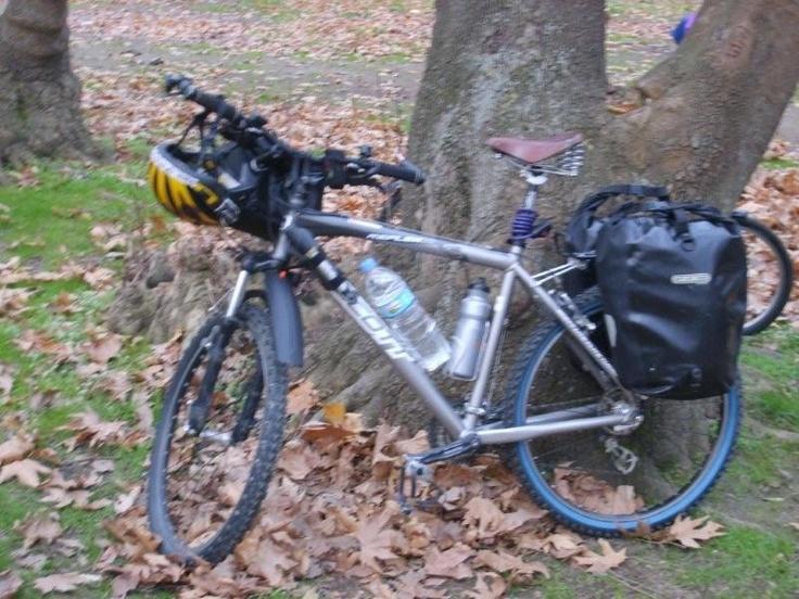 Bisikletlerimizi kitliyoruz. Çadırlarımızı kuruyoruz. Yemekler yeniyor. Sohbetler ve özellikle yerlerdeki ıslak yaprakların kokusu… Kamp yapmak harika bir duygu... Daha fazla bilgi ve fotoğraf için: http://www.geziyorum.net/marmara-adasi-bisiklet-turu/