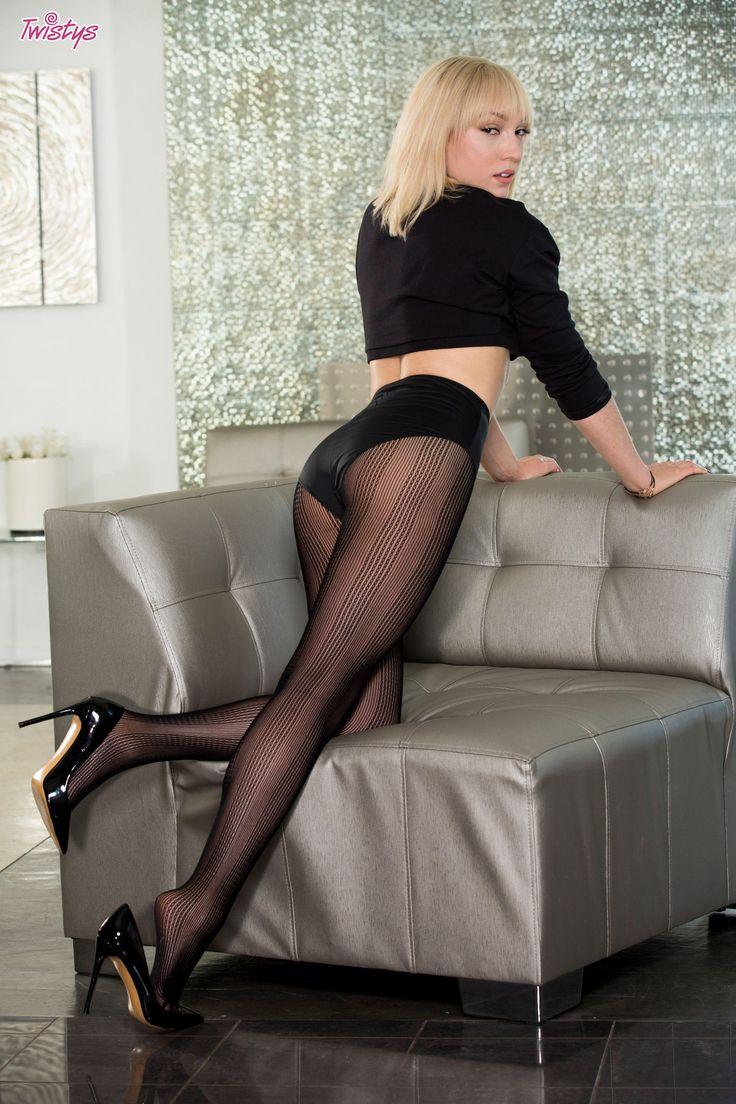 красивые блондинки снимают черные колготки - 4
