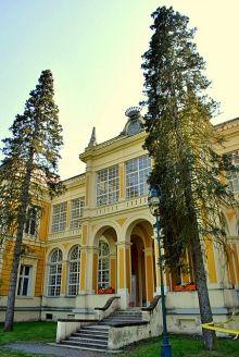 Füzérradvány is weer zo'n genoeglijk plekje in de Hegyköz.  Het Károly landhuis werd gebouwd in de 16e eeuw. Van woensdag t/m zondag kunt u naar binnen.  Het uitzicht vanuit de eetkamer op het park maakt duidelijk waarom de graaf en zijn familie hier graag kwamen.  Het landhuis is in renaissance stijl ingericht en is heel kort een luxueus hotel geweest.  Lees meer: http://www.hungariahuizen.nl/zemplen/