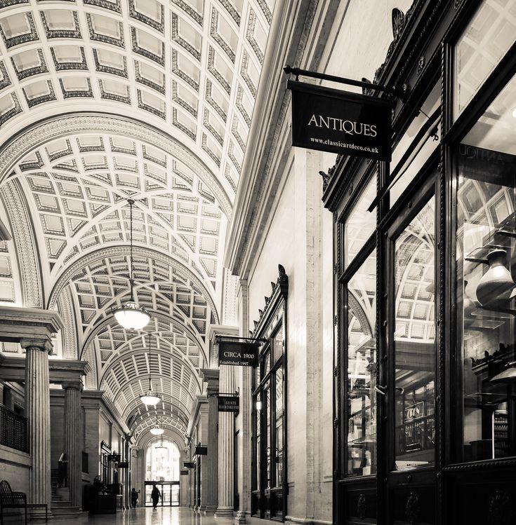 Foto gratis de una tienda de antigüedades dentro de un centro comercial > http://imagenesgratis.eu/imagen-gratis-de-una-tienda-de-antiguedades/